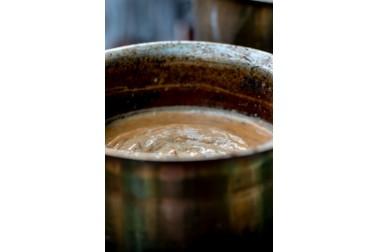 chaï dans une casserole en train de cuire, en Inde
