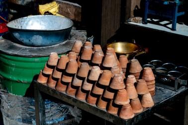 Petits pots de terre cuite servant à boire le chaï et proposés par un vendeur de chaï en Inde (chai wallah)