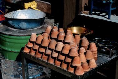 Petits verres de terre cuite en pile sur un stand et utilisés en Inde pour boire le chaï