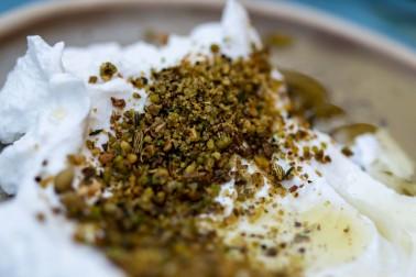 Labneh dans une coupelle avec du dukkah  parsemé sur le dessus