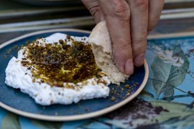 Labneh saupoudré de mélange zaatar bio dans une petite soucoupe