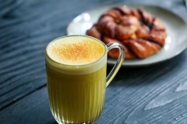 Grand verre transparent rempli de golden latte
