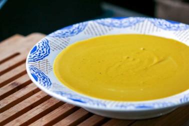 Assiette replie de soupe de chou-fleur au curry de Madras bio