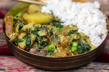 Plat de curry avec du riz blanc