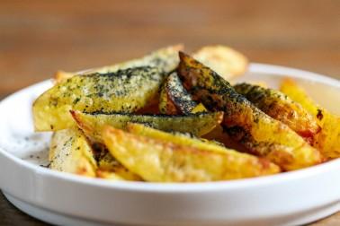 Plat de frites saupoudrées de curry noir bio