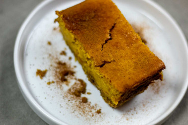 Tranche de gâteau avec le mélange pain d'épices de Epices Shira