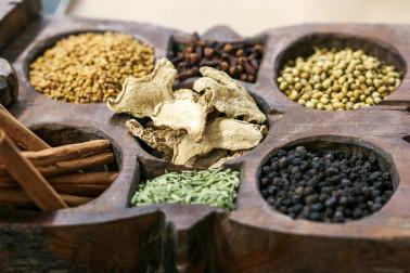 Boite à épices ancienne venant d'Inde, contenant les épices pour réaliser du garam masala