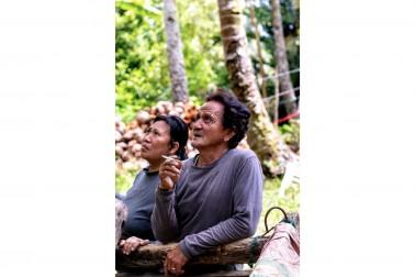Couple de producteurs d'épices bio de l'ile de Sulawesi, en Indonésie avec qui Epices Shira collabore