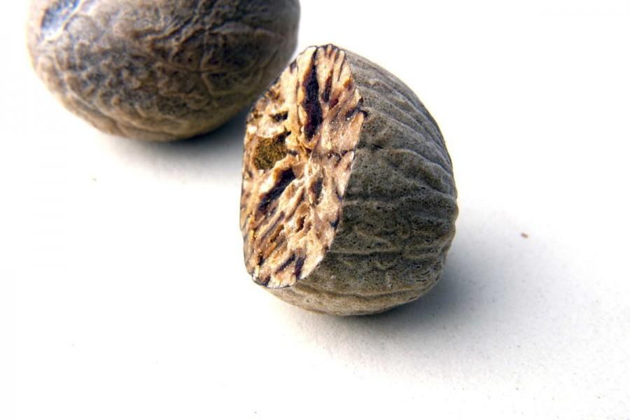 Noix de muscade bio (myristica fragrans, nutmeg) sélectionnées par Epices Shira