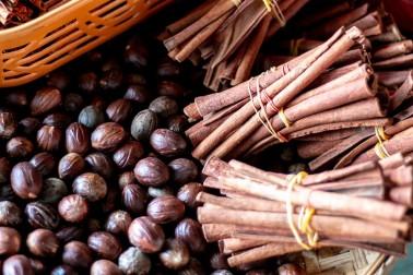 Panier rempli de bâtons de cannelle et de noix de muscade