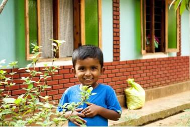 Portrait du petit garçon du récoltant d'épices sauvages, au Sri Lanka avec qui Epices Shira collabore