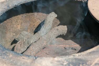 Bois pour fumer le paprika (capsicum annuum) chez producteur de Murcie, en Espagne avec qui nous travaillons