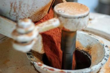 Pimentón biologique (capsicum annuum) en train d'être moulu pour donner du paprika