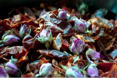 Préparation pour la fabrication de la harissa à la rose d'Ispahan bio, une création de Epices Shira