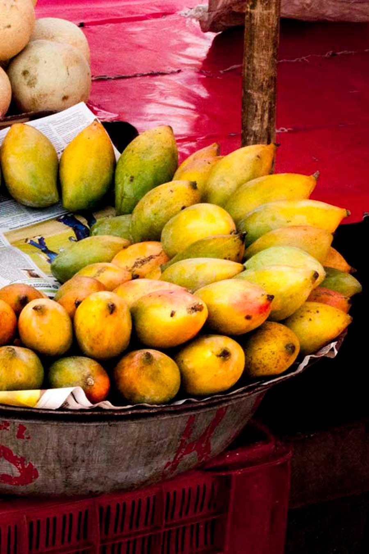 Plateau de mangues fraîches au marché