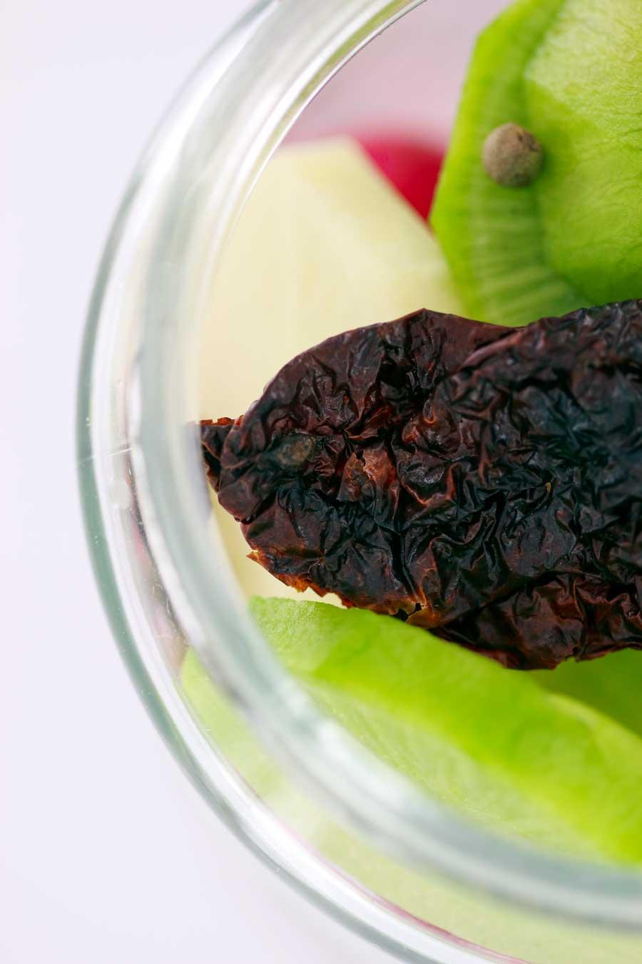 Pickles de radis avec du piment but jolokia et du poivre vert