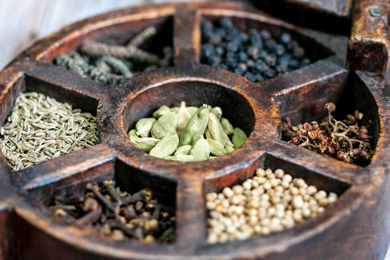 Epices pour préparer le mélange Blanche Vallée dans une boîte à épices indienne en bois