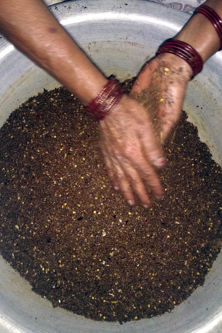 Préparation du bukni masala par une femme népalaise