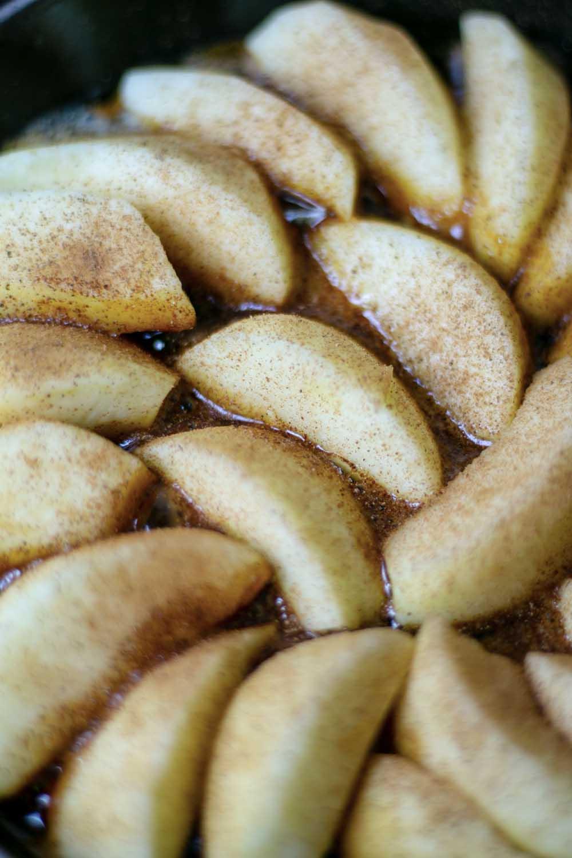 Quartiers de pommes saupoudrés de cannelle cassia