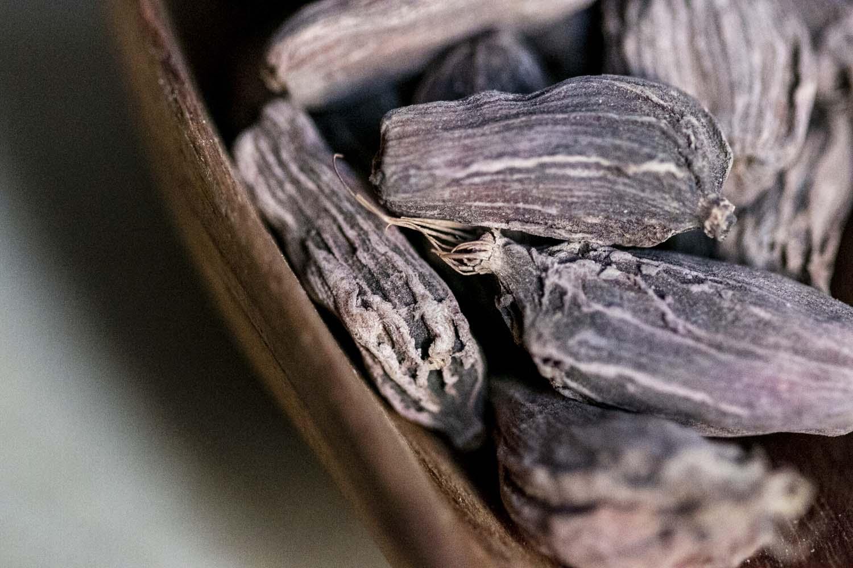 Capsules de cardamome noire séchées