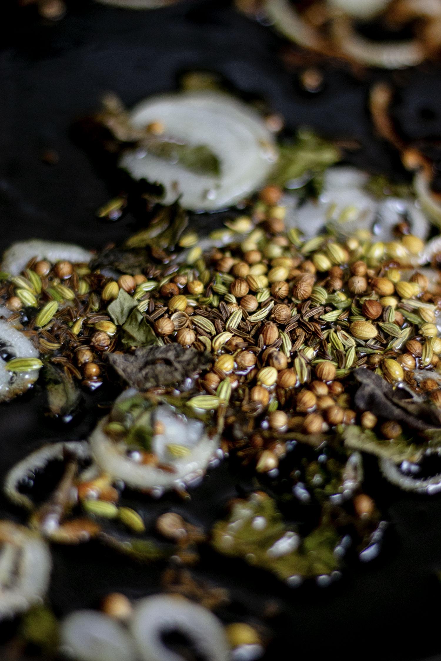 graines de fenouil, coriandre, cumin biologiques en train de rissoler