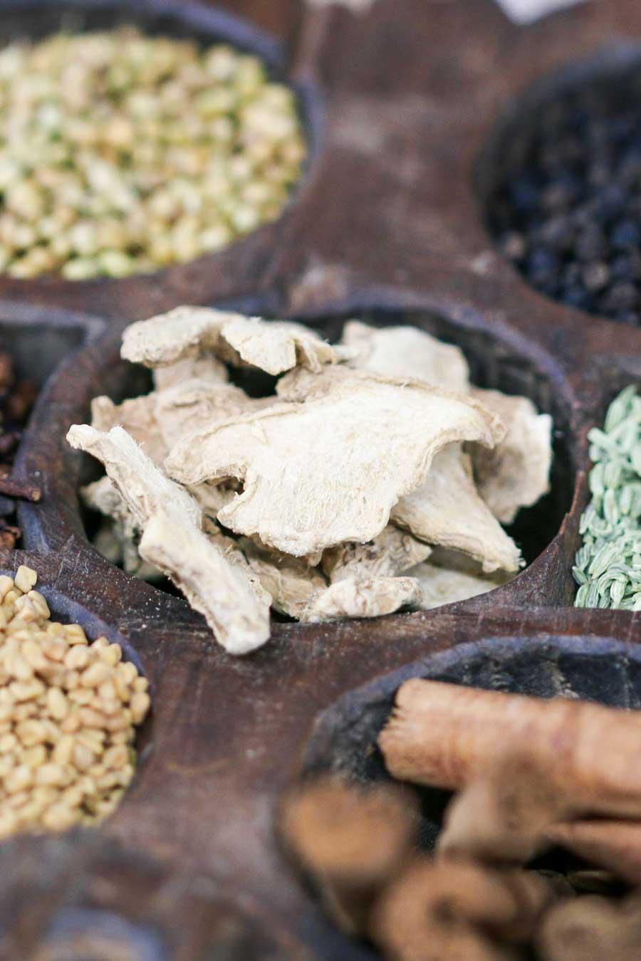 Boîte à épices ancienne contenant des épices sèches servant à composer notre mélange garam masala biologique