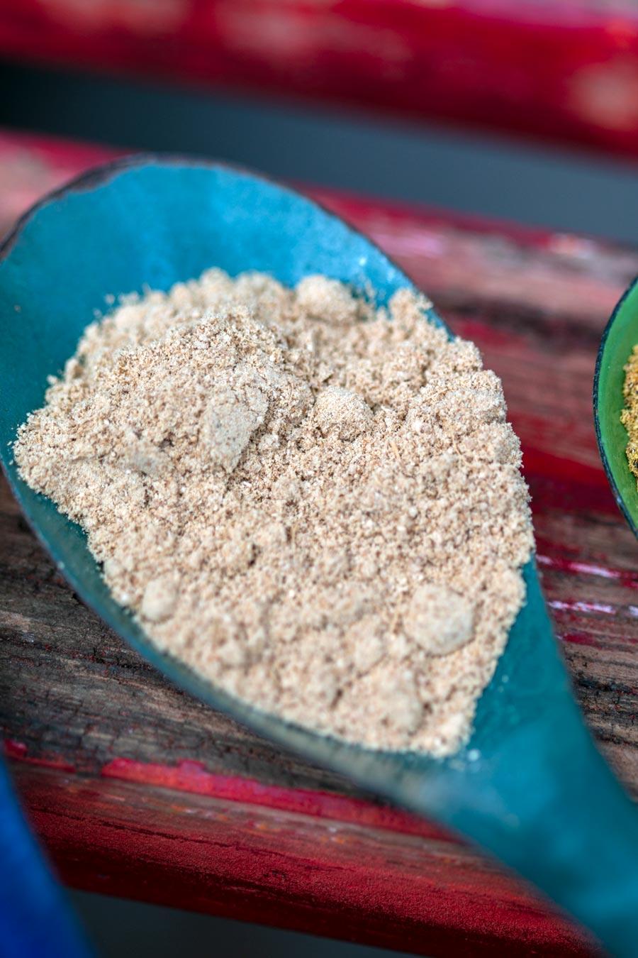 Gingembre biologique du Népal en poudre dans une cuillère