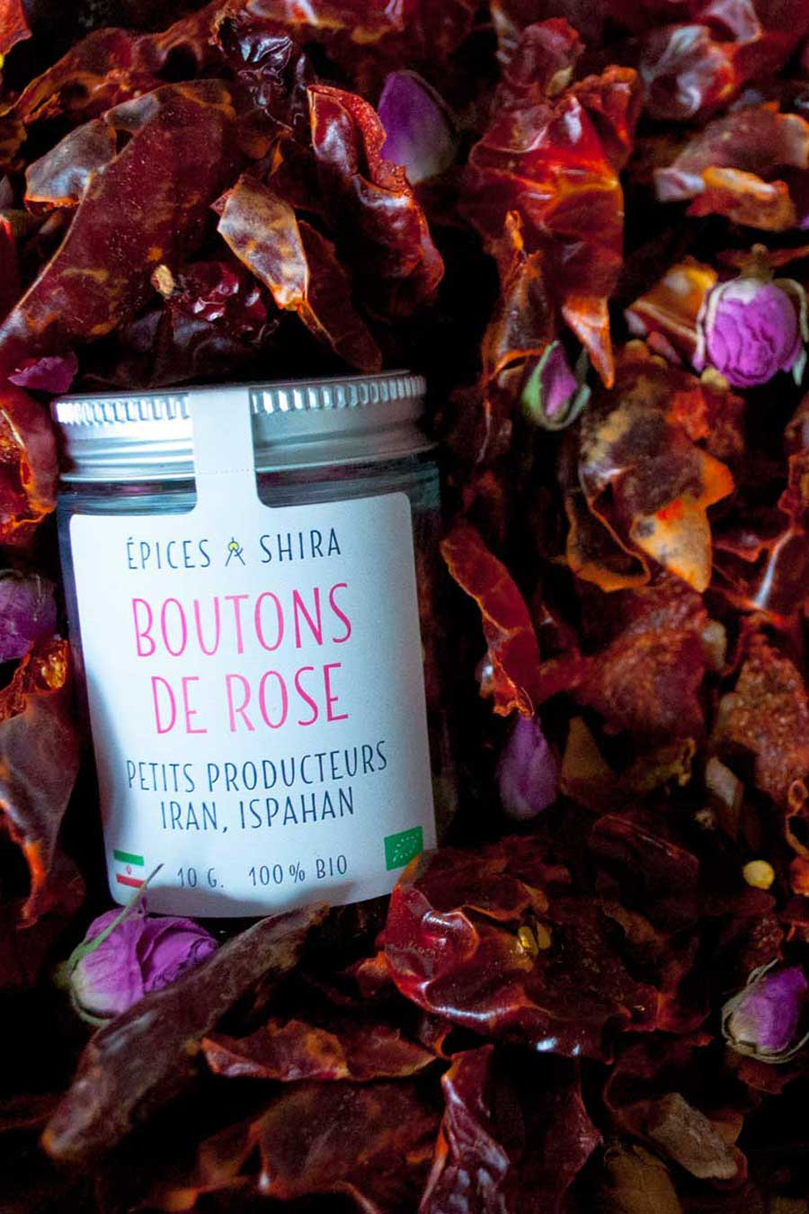 Piments et boutons de rose d'Ispahan biologiques servant à créer la harissa à la rose d'Ispahan