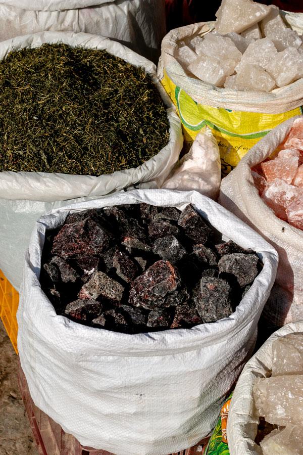 Kala namak (sel noir de l'Himalaya) dans un gros sac, au marché