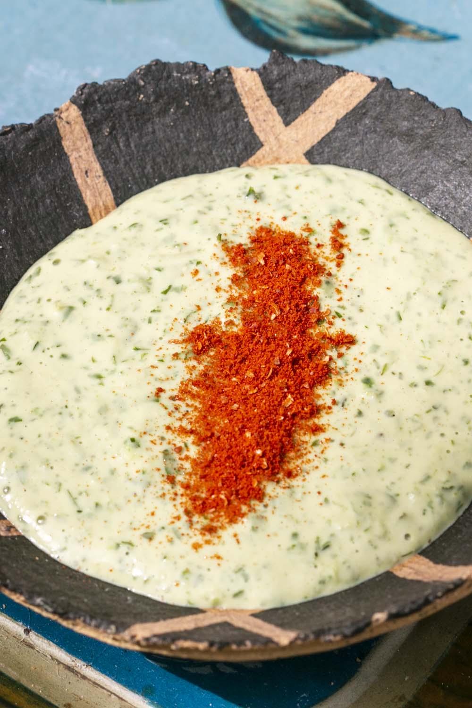 Merken saupoudré sur une sauce au tahini