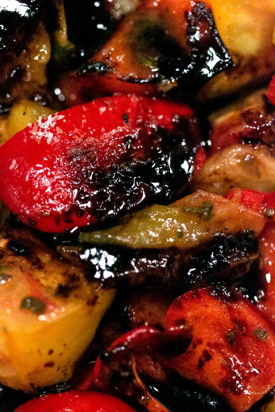 Poivrons rôtis au four avec des feuilles de za'atar et de la mélasse d'épine-vinette