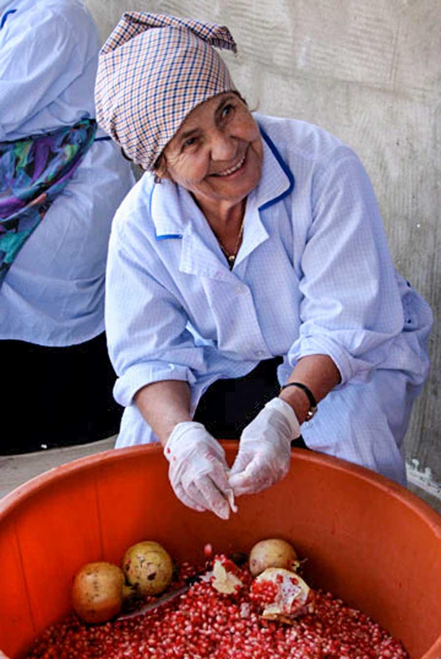 Femmes à Akkar, au Liban, en train de préparer de la mélasse de grenade