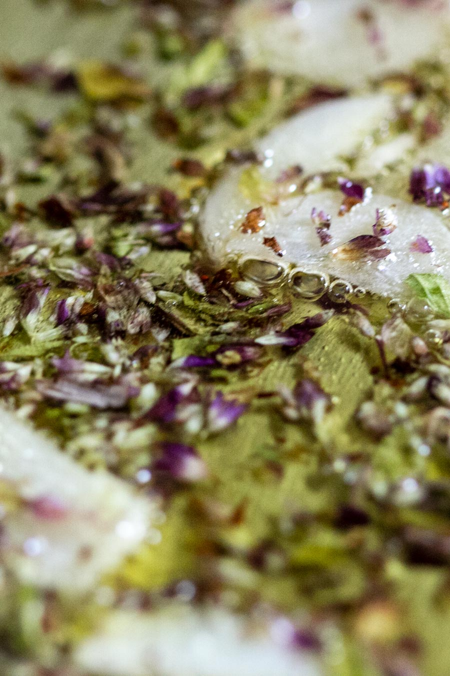 Origan en train de frire pour la préparation d'un plat de pâtes