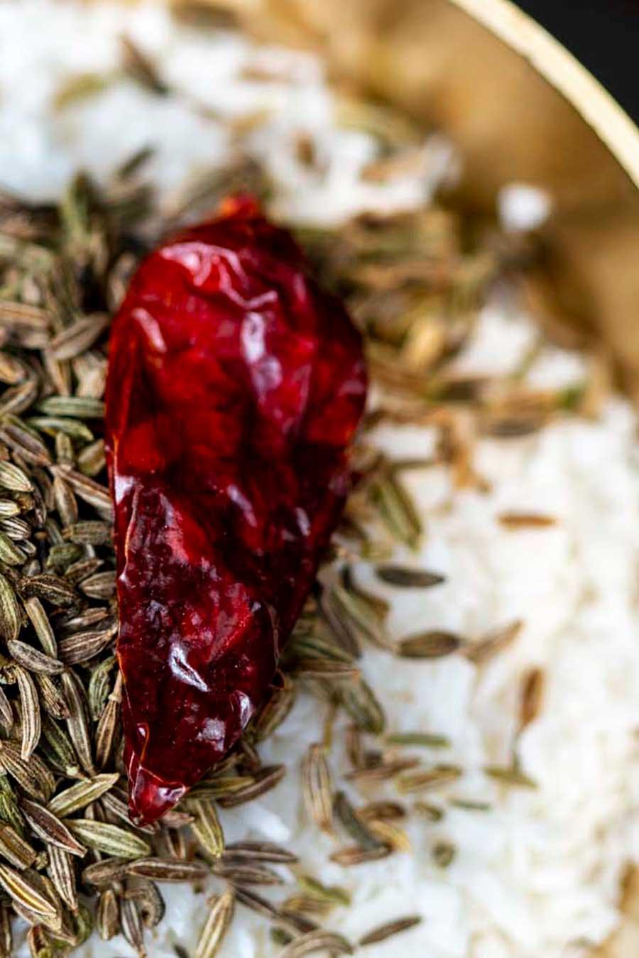Piment oeil d'oiseau entier biologique avec des graines de cumin et de la noix de coco râpée