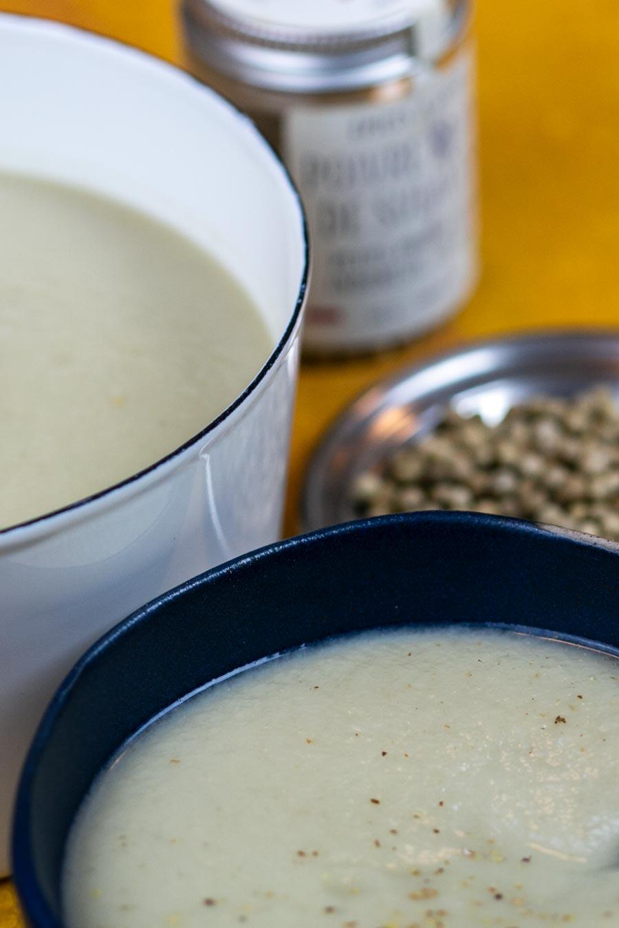 Soupe parsemée de poivre blanc biologique de Sulawesi