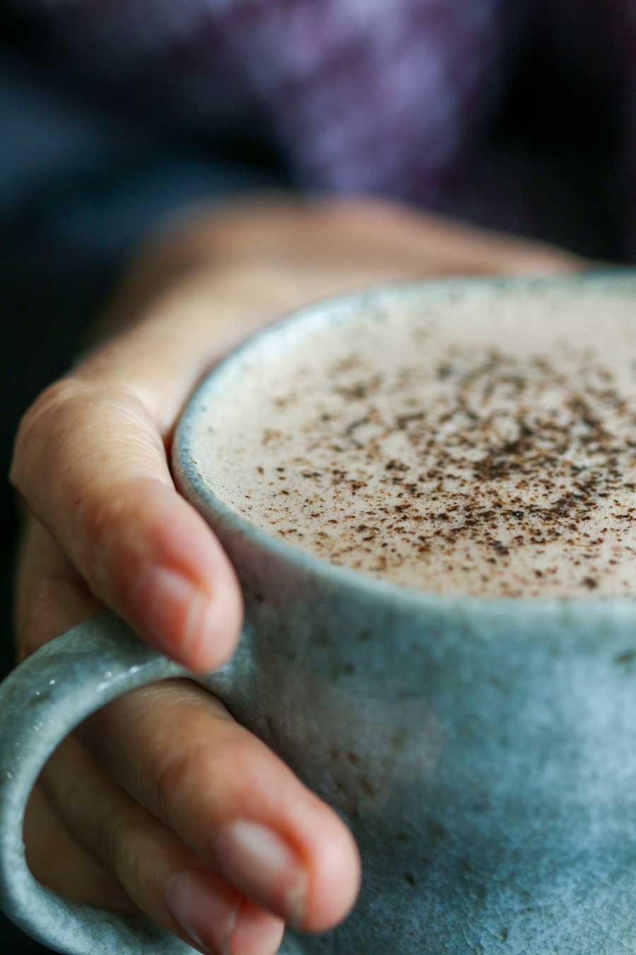 Tasse de chocolat chaud saupoudrée de poivre long biologique
