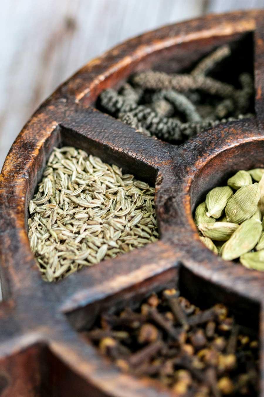 Epices sèches dans une boîte à épices indienne en bois
