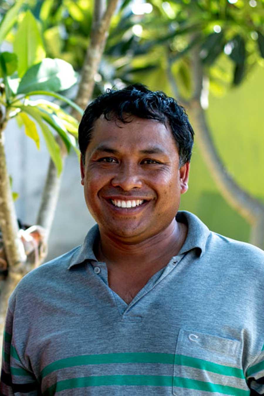 Producteur de sel fumé de l'île de Bali