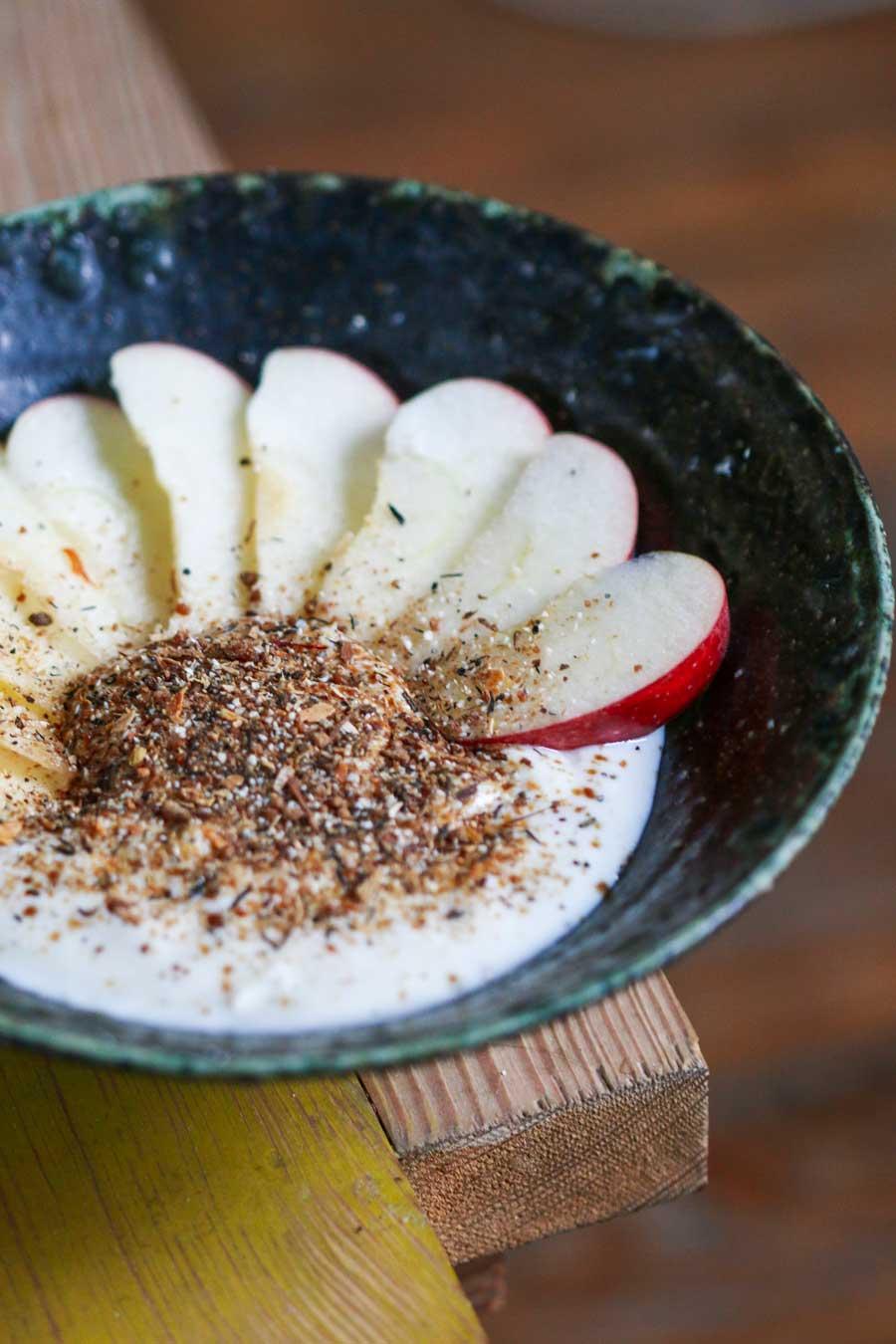 Mélange Shéhérazade sur du yaourt et accompagné de fines tranches de pommes