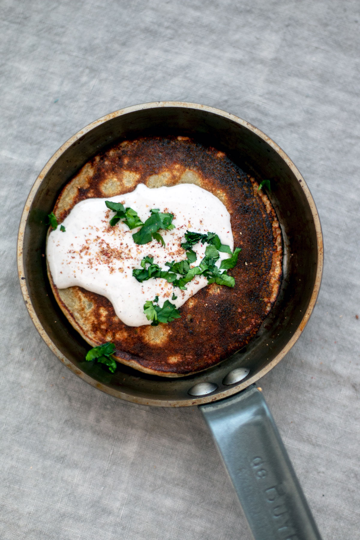 pancakes de pommes de terre, sauce tahini et sumac