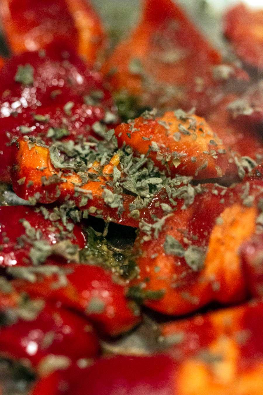 Poivrons rôtis au four avec des feuilles de za'atar et de la mélasse de grenade